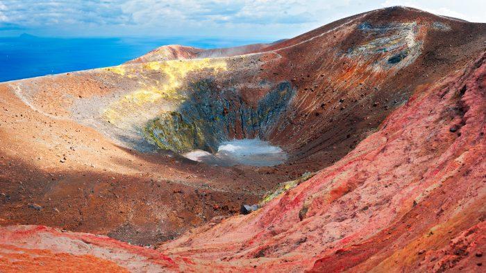 Vue de haut d'un cratère de volcan sur l'île Vulcano, vivant et coloré, Sicile - Italie.