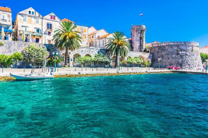 Vue sur la ville côtière et la promenade sur la place Korcula en Croatie