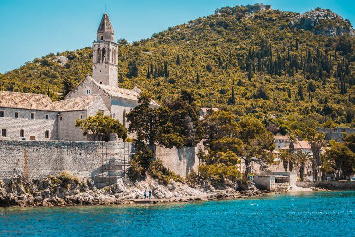 Vue depuis de la mer de l'île Lopud et son église. Croatie