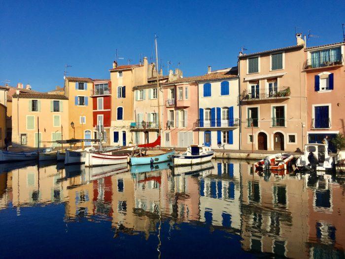 Martigues, Bouches du Rhônes, France Photo idyllique du petit port de Martigues près de Marseille appelé miroir aux oiseaux avec des maisons colorées et des petits bateaux se reflétant sur l'eau