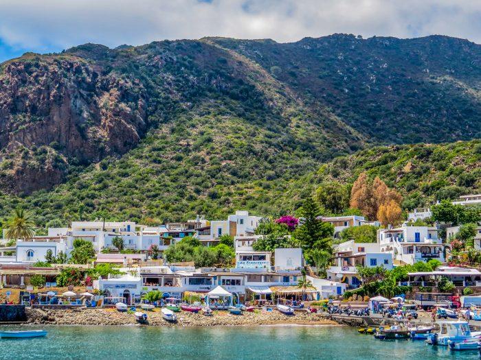 Vue de la mer du port de Panarea et des montagnes
