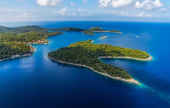 Vue aérienne du parc national de l'île de Mljet, village de Pomena, archipel de Dubrovnik, Croatie.