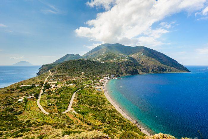 Vue aérienne de l'île Salina, îles Éoliennes, Sicile, Italie