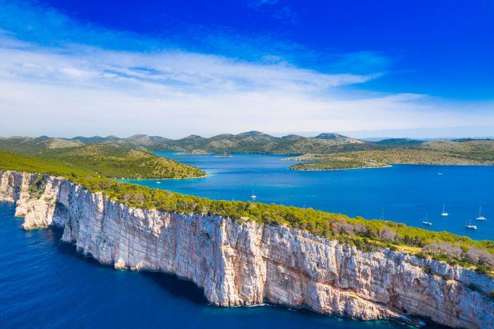 Grandes falaises au-dessus de la mer sur le rivage du parc naturel Telascica, île de Dugi Otok, Croatie, spectaculaire paysage marin