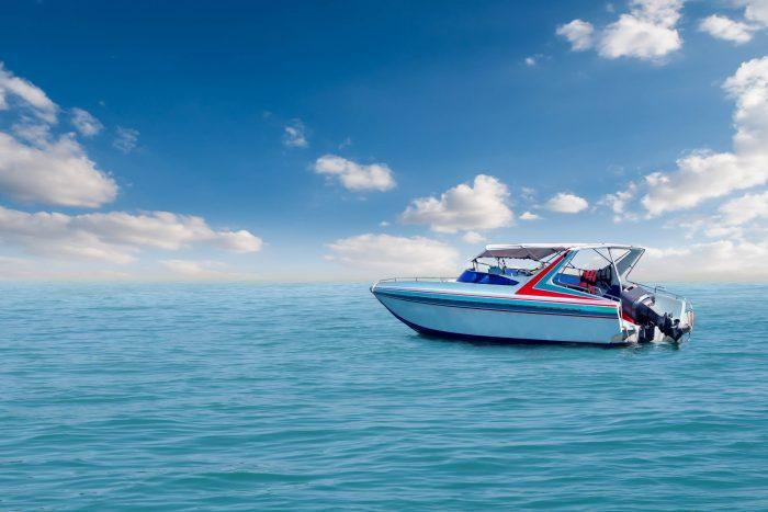Bateau de vitesse sur la mer avec le ciel de beauté naturelle. Parfait exemple de photo pour annonce