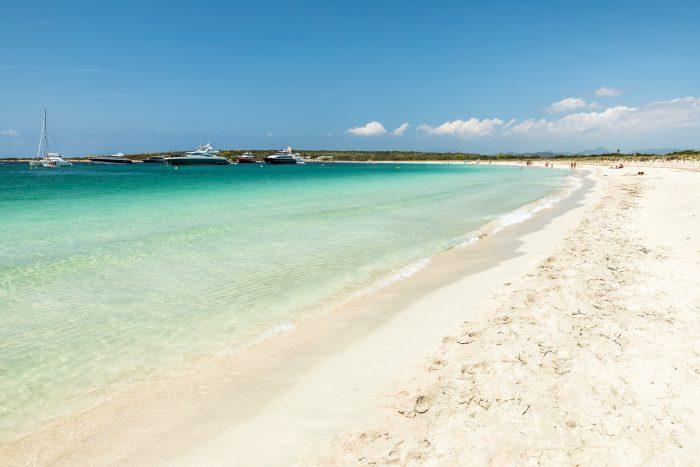 L'île d'Espalmador. petite île baléarienne située entre Ibiza et Formentera et offre une belle plage de S'Alga. Espagne. itinéraire de navigation d'une journée à Ibiza
