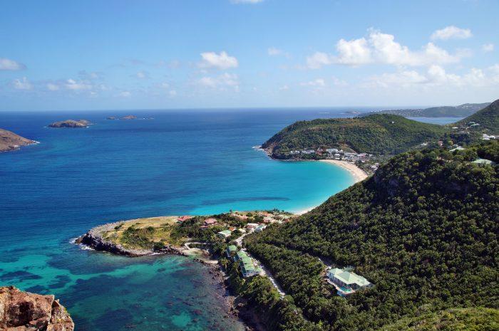 Vue aérienne de la Anse de Colombier. Quatrième jour de l'itinéraire de navigation Saint Martin