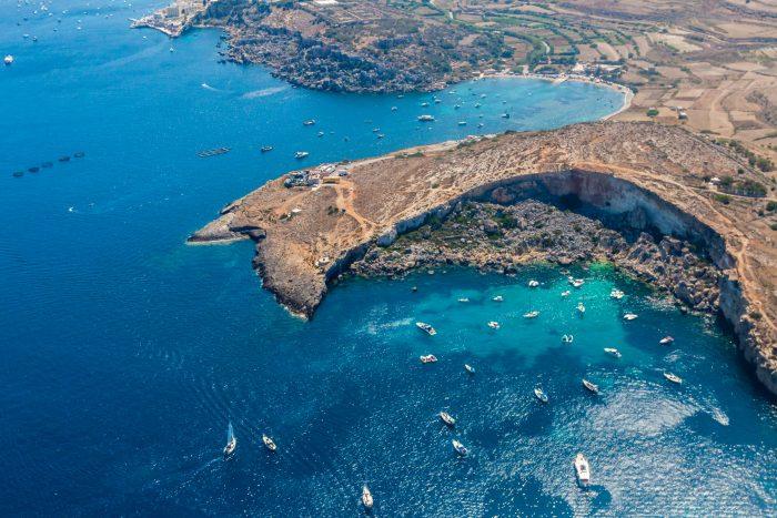 Mistra Bay, Xemxija, partie ouest de la baie de St. Paul, Malte. Vue aérienne. Itinéraire de navigation Malte