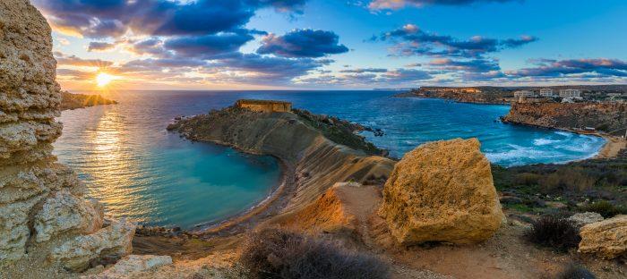 Panorama de la baie de Gnejna et de la baie d'Or, les deux plus belles plages de Malte au coucher du soleil avec de beaux ciels colorés et des rochers dorés pris de Ta Lippija. Itinéraire de navigation Malte