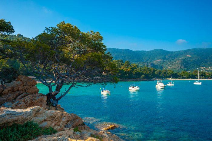 Baie du Lavandou où des bateaux sont aux mouillages - itinéraire de navigation îles d'Hyères