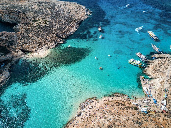 Photo de drone aérien - Le fameux Lagon Bleu dans la mer Méditerranée. Île de Comino, Malte. Itinéraire de navigation Malte