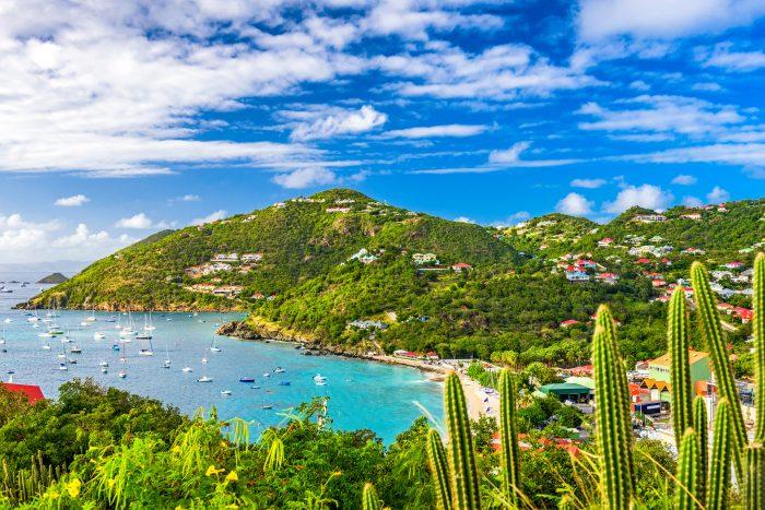 Baie de Gustavia avec des bateaux aux mouillages. Troisième escale de l'itinéraire de navigation Saint Martin