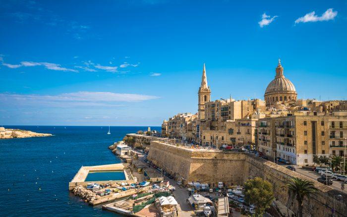 Vue de côté de La Valette par beau temps. Itinéraire de navigation Malte