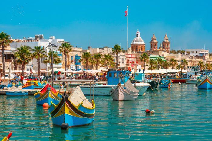 Vue de Marsaxlokk et ses petits bateaux de couleurs. Itinéraire de navigation Malte
