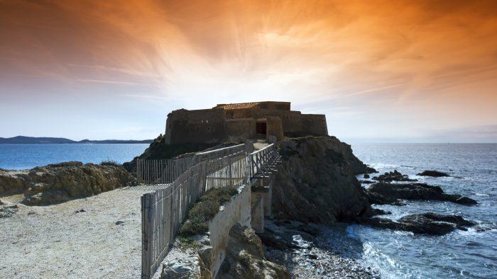 Vue de la tour Fondue sur la presqu'île de Giens sous un coucher de soleil - itinéraire de navigation îles d'Hyères