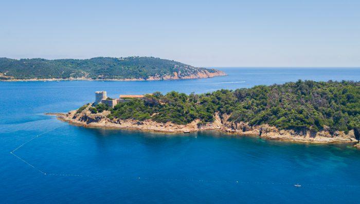 Vue sur l'île de Port Cros sous un ciel d'été - itinéraire de navigation îles d'Hyères