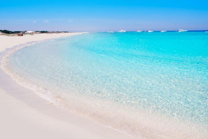 Plage de Illetes Formentera bordée d'eaux translucides et turquoises itinéraire de navigation d'une journée à Ibiza