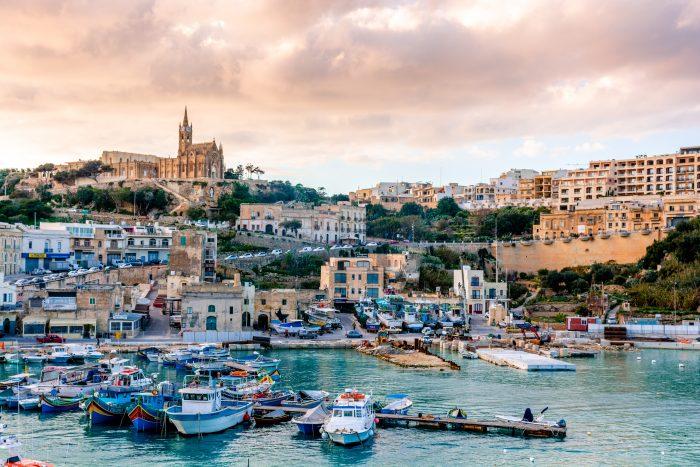 Port de Mgarr et de sa ville sous le couché de soleil, île Gozo, Malte. Itinéraire de navigation Malte