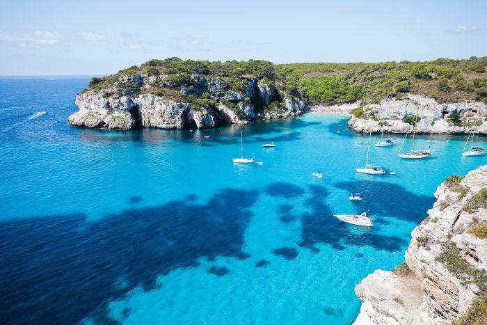 Cala Marcarella sous une ciel bleu Troisième escale de l'itinéraire de navigation à Minorque