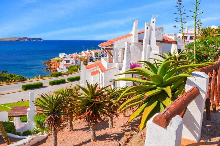 Ville de Fornells tout en couleur sous un ciel bleu  Cinquième escale de l'itinéraire de navigation à Minorque