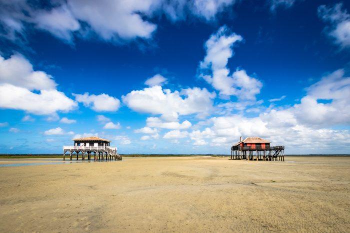 Vue de face de deux cabanes tchanquées sur l'île aux oiseaux