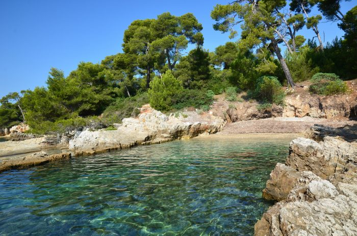 Photo d'une petite plage sur une îles parmi les îles de Lérins près de Cannes