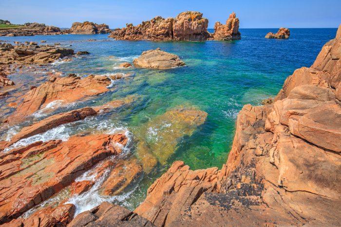 Photo d'une île de l'archipel de Bréhat entourée d'une eau translucide