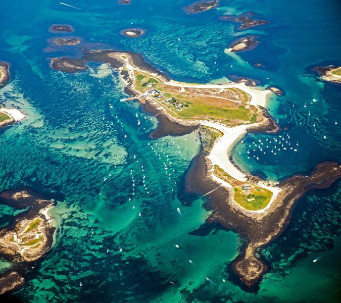 Vue aérienne de l'archipel des Glénan avec de nombreux bateaux autour