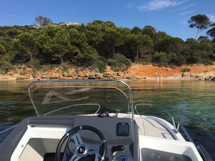 Vue de Porquerolles depuis un bateau au mouillage