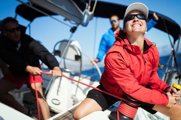 Femme skipper naviguant sur voilier pour un tour du monde