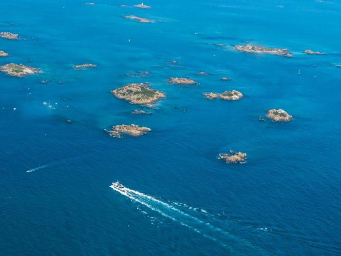 Vue aérienne des îles Chaussey avec de nombreux bateaux dans les alentours