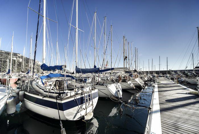 Voiliers au port sous un ciel bleu. Escale lors d'un tour du monde en voilier