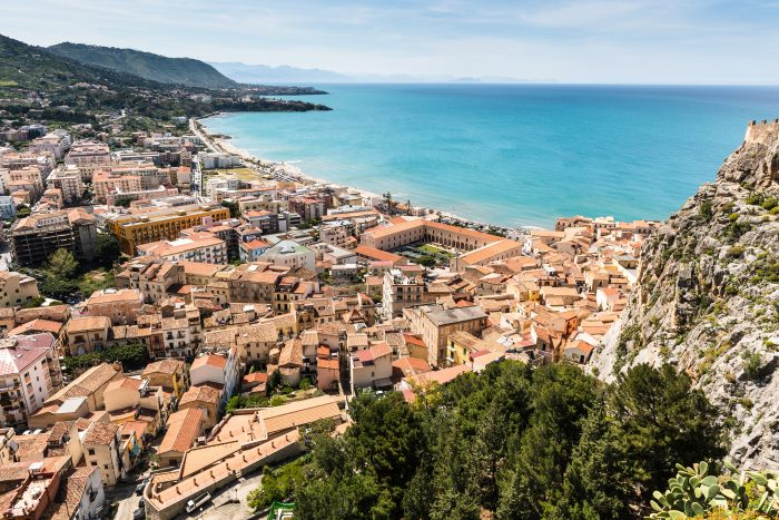 Découvrez le petit village de Cefalù en Sicile grâce à l'itinéraire de navigation Samboat.