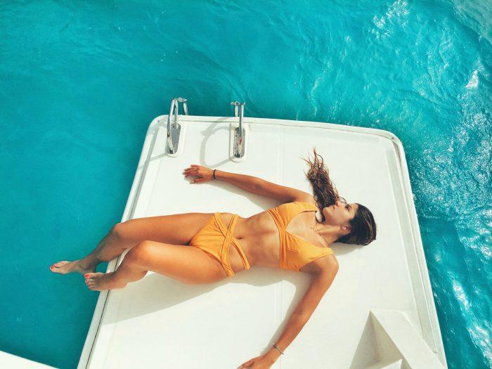 Se détendre sur un bateau à moteur