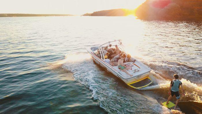 bateau a moteur wakeboard