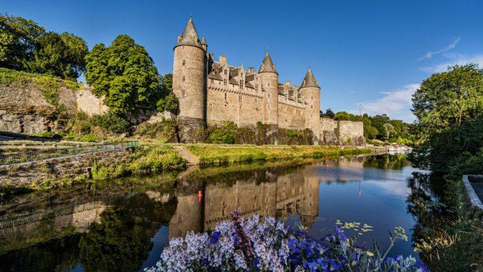 Le Château de Josselin surplombe la vallée de l'Oust avec ses tours élégantes et sa superbe façade en dentelle de granit.